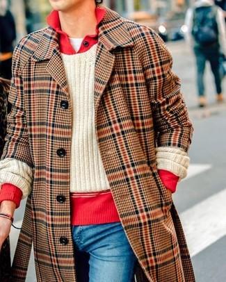 Cómo combinar: abrigo largo de tartán marrón, polo de manga larga rojo, jersey de ochos en beige, camiseta con cuello circular blanca