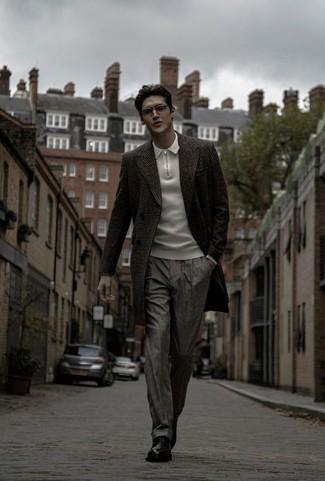 Cómo combinar un pantalón de vestir a cuadros: Intenta ponerse un abrigo largo de tartán en gris oscuro y un pantalón de vestir a cuadros para un perfil clásico y refinado. Zapatos derby de cuero negros son una opción atractiva para complementar tu atuendo.