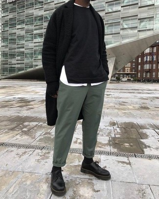 Cómo combinar: abrigo largo negro, sudadera negra, camisa de manga larga blanca, pantalón chino verde