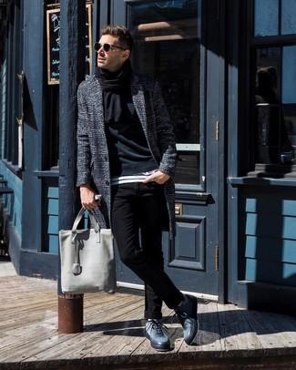 Cómo combinar: abrigo largo de tartán en gris oscuro, sudadera negra, camiseta con cuello circular de rayas horizontales en blanco y negro, vaqueros pitillo negros