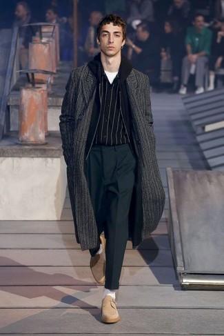 Elige una sudadera con capucha negra y un pantalón de vestir gris oscuro para el after office. Completa el look con zapatos derby de ante marrón claro.