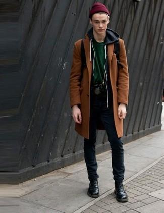 Cómo combinar: abrigo largo en tabaco, sudadera con capucha negra, camiseta con cuello circular verde oscuro, pantalón chino negro