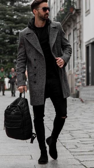 Cómo combinar unos vaqueros pitillo desgastados negros: Un abrigo largo de espiguilla en gris oscuro y unos vaqueros pitillo desgastados negros son una opción práctica para el fin de semana. ¿Te sientes valiente? Opta por un par de botines chelsea de ante negros.