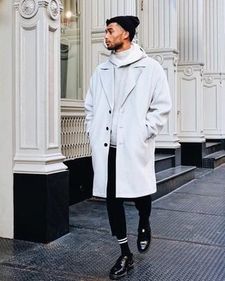 Cómo combinar: abrigo largo gris, sudadera con capucha gris, jersey de cuello alto gris, pantalón chino negro