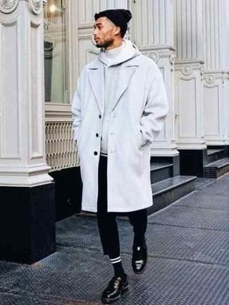 Cómo combinar un gorro negro: Casa un abrigo largo blanco junto a un gorro negro para un look agradable de fin de semana. ¿Te sientes valiente? Completa tu atuendo con zapatos derby de cuero negros.