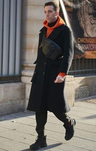 Cómo combinar una sudadera con capucha naranja: Ponte una sudadera con capucha naranja y un pantalón chino verde oscuro para cualquier sorpresa que haya en el día. Haz este look más informal con deportivas negras.