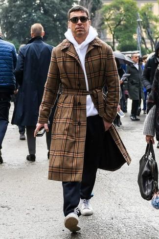 Cómo combinar: abrigo largo de tartán marrón, sudadera con capucha blanca, pantalón chino negro, tenis de lona blancos