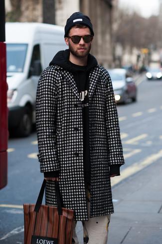 Cómo combinar: abrigo largo a cuadros en negro y blanco, sudadera con capucha estampada en negro y blanco, pantalón chino estampado blanco, bolsa tote de cuero estampada marrón