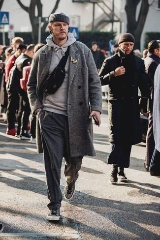 Cómo combinar un pantalón chino de lana en gris oscuro: Considera emparejar un abrigo largo gris junto a un pantalón chino de lana en gris oscuro para las 8 horas. ¿Quieres elegir un zapato informal? Completa tu atuendo con tenis de leopardo negros para el día.