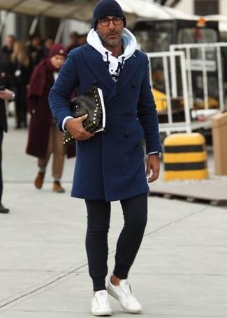 Emparejar un abrigo largo azul marino junto a un gorro azul marino es una opción estupenda para una apariencia clásica y refinada. Tenis de cuero blancos darán un toque desenfadado al conjunto.