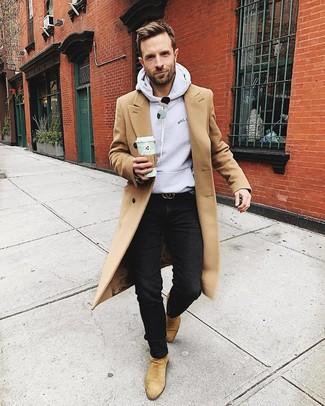 Cómo combinar: abrigo largo marrón claro, sudadera con capucha gris, vaqueros negros, botines chelsea de ante marrón claro