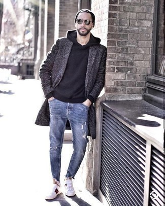 Cómo combinar unas gafas de sol plateadas: Ponte un abrigo largo en gris oscuro y unas gafas de sol plateadas transmitirán una vibra libre y relajada. Tenis de lona estampados blancos son una opción incomparable para complementar tu atuendo.