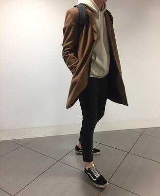 Cómo combinar unos calcetines invisibles blancos: Haz de un abrigo largo marrón y unos calcetines invisibles blancos tu atuendo para un look agradable de fin de semana. Tenis de lona en negro y blanco son una opción inmejorable para completar este atuendo.