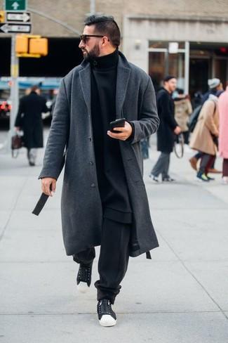 Cómo combinar un pantalón de chándal negro: Empareja un abrigo largo gris con un pantalón de chándal negro para conseguir una apariencia relajada pero elegante. Si no quieres vestir totalmente formal, haz tenis de lona en negro y blanco tu calzado.