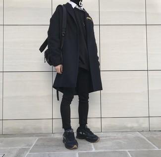 Cómo combinar: abrigo largo negro, sudadera negra, jersey de cuello alto negro, camisa de manga larga blanca