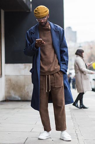 Cómo combinar un abrigo largo azul marino: Utiliza un abrigo largo azul marino y un pantalón de chándal marrón para una vestimenta cómoda que queda muy bien junta. Si no quieres vestir totalmente formal, elige un par de tenis de cuero blancos.