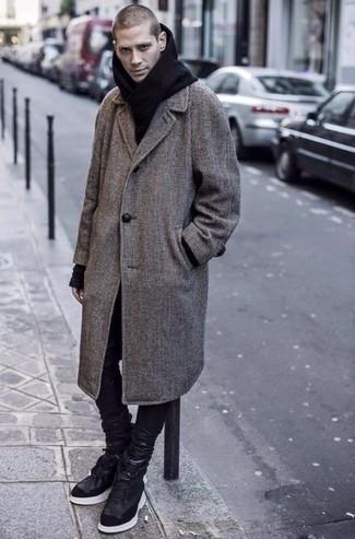 Cómo combinar unos vaqueros de cuero negros: Considera emparejar un abrigo largo a cuadros gris con unos vaqueros de cuero negros para crear un estilo informal elegante. Si no quieres vestir totalmente formal, opta por un par de zapatillas altas de cuero negras.