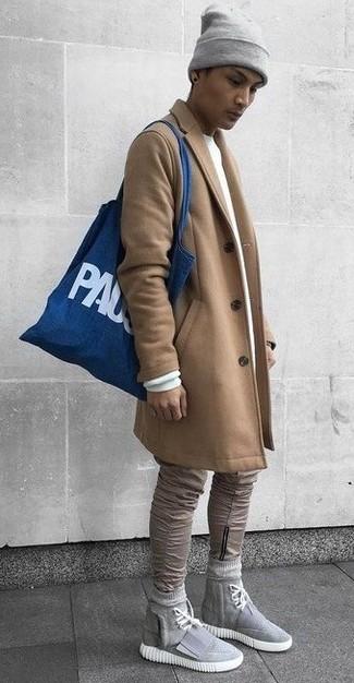 Cómo combinar: abrigo largo marrón claro, sudadera blanca, vaqueros pitillo marrón claro, zapatillas altas de lona grises
