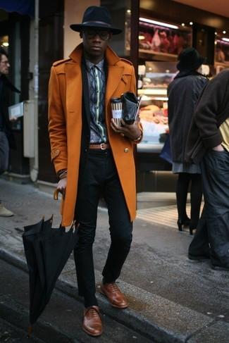 Cómo combinar: abrigo largo naranja, traje negro, camisa de manga larga estampada en gris oscuro, zapatos oxford de cuero marrónes