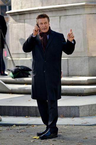 Cómo combinar: abrigo largo azul marino, traje negro, camisa de manga larga celeste, mocasín de cuero negro