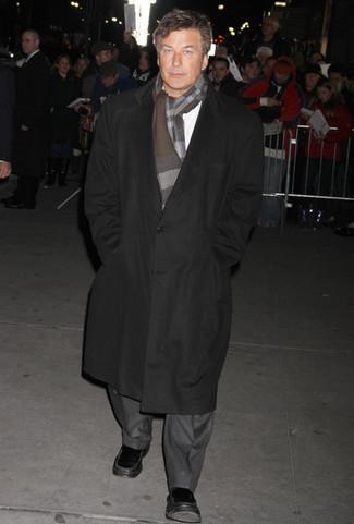 Cómo combinar: abrigo largo negro, traje gris, camisa de manga larga blanca, mocasín de cuero negro