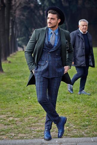 Cómo combinar: abrigo largo verde oscuro, traje de tartán azul marino, camisa de manga larga de cambray azul, zapatos brogue de cuero azules