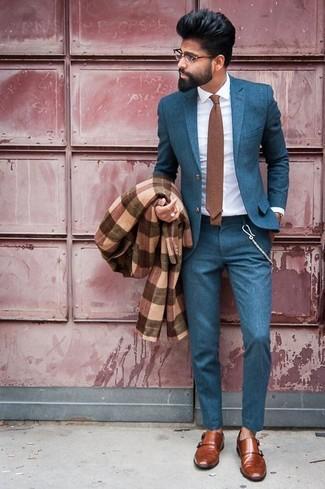 Cómo combinar: abrigo largo de tartán marrón, traje en verde azulado, camisa de vestir blanca, zapatos con doble hebilla de cuero marrónes