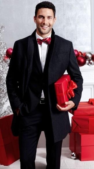 Cómo combinar un corbatín rojo estilo elegante: Empareja un abrigo largo en gris oscuro con un corbatín rojo transmitirán una vibra libre y relajada.