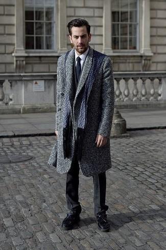 Cómo combinar un abrigo largo en gris oscuro: Emparejar un abrigo largo en gris oscuro junto a un traje en gris oscuro es una opción excelente para una apariencia clásica y refinada. ¿Quieres elegir un zapato informal? Completa tu atuendo con mocasín con borlas de cuero negro para el día.