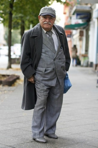 Cómo combinar: abrigo largo en gris oscuro, traje de tartán gris, camisa de vestir blanca, botines chelsea de cuero grises