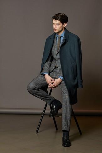 Cómo combinar: abrigo largo en verde azulado, traje de lana de tartán gris, camisa de vestir azul, mocasín con borlas de cuero negro