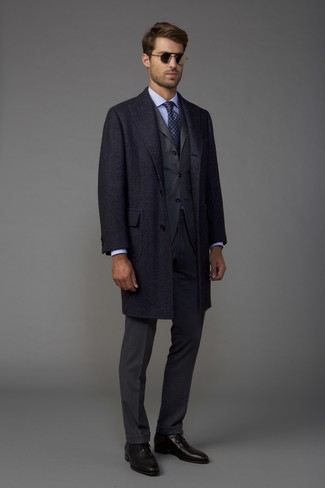 Cómo combinar: abrigo largo en gris oscuro, traje en gris oscuro, camisa de vestir celeste, zapatos oxford de cuero negros