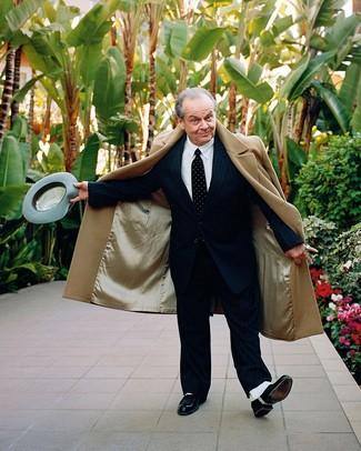 Cómo combinar: abrigo largo marrón claro, traje de rayas verticales negro, camisa de vestir blanca, zapatos oxford de cuero negros