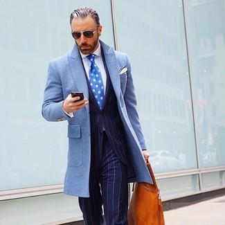 Cómo combinar: abrigo largo celeste, traje de rayas verticales azul marino, camisa de vestir blanca, bolsa tote de cuero en tabaco