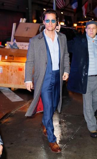 Cómo combinar: abrigo largo de espiguilla gris, traje azul, camisa de vestir de rayas verticales celeste, zapatos derby de cuero marrónes