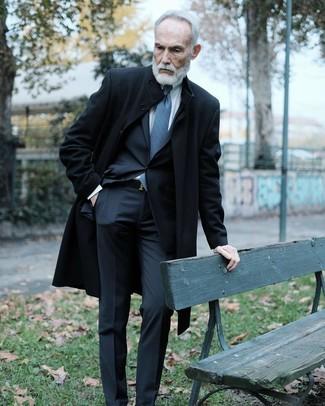 Cómo combinar: abrigo largo negro, traje negro, camisa de vestir blanca, corbata estampada azul