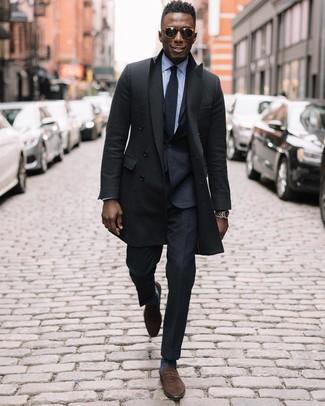 Cómo combinar: abrigo largo negro, traje negro, camisa de vestir celeste, mocasín de ante marrón