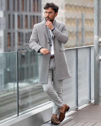 Cómo combinar: abrigo largo de pata de gallo blanco, traje gris, camisa de vestir blanca, mocasín con borlas de cuero marrón