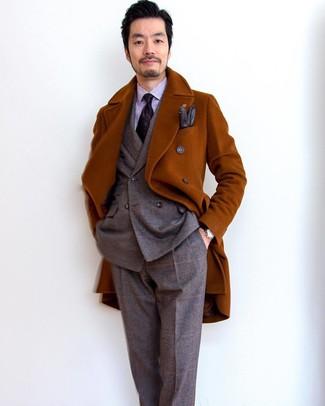 Cómo combinar: abrigo largo en tabaco, traje de lana de tartán marrón, camisa de vestir de rayas verticales violeta claro, corbata estampada morado oscuro