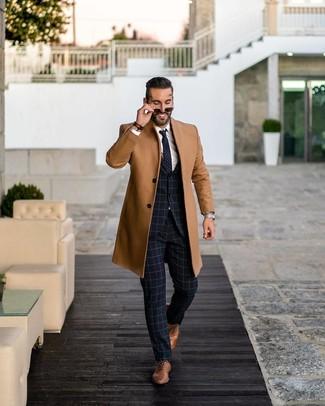 Cómo combinar: abrigo largo marrón claro, traje a cuadros azul marino, camisa de vestir blanca, zapatos oxford de cuero marrónes