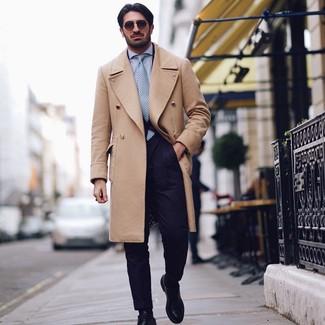 Look de moda: Abrigo largo marrón claro, Traje azul marino, Camisa de vestir celeste, Zapatos derby de cuero negros
