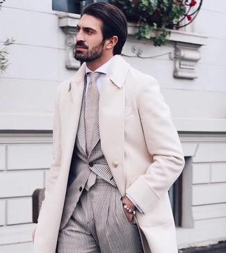 Cómo combinar un abrigo largo en beige: Ponte un abrigo largo en beige y un traje de cuadro vichy en beige para una apariencia clásica y elegante.