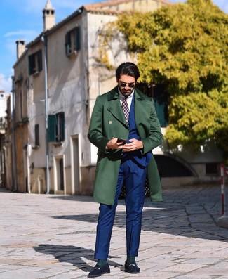 Cómo combinar unos calcetines verde oscuro: Para un atuendo tan cómodo como tu sillón ponte un abrigo largo verde oscuro y unos calcetines verde oscuro. Con el calzado, sé más clásico y elige un par de mocasín de ante azul marino.