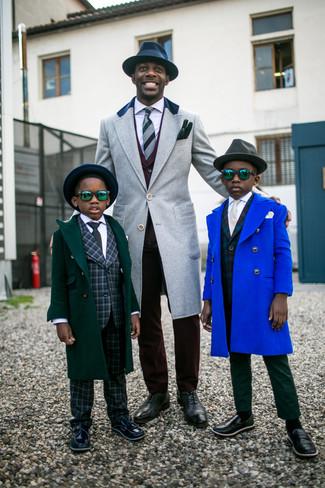 Cómo combinar un traje burdeos: Intenta combinar un traje burdeos junto a un abrigo largo gris para un perfil clásico y refinado. Zapatos oxford de cuero en gris oscuro son una opción estupenda para complementar tu atuendo.