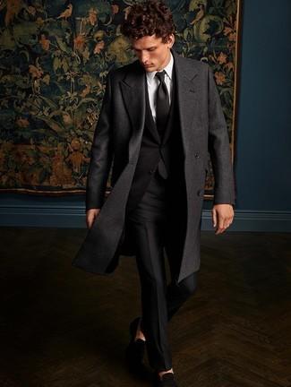 Cómo combinar: abrigo largo en gris oscuro, traje negro, camisa de vestir blanca, mocasín de ante negro