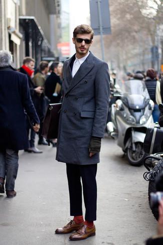 Cómo combinar un traje azul marino en clima fresco: Emparejar un traje azul marino junto a un abrigo largo azul marino es una opción excelente para una apariencia clásica y refinada. ¿Por qué no añadir zapatos brogue de cuero marrónes a la combinación para dar una sensación más relajada?