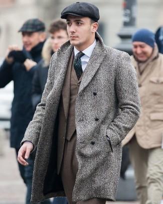 Cómo combinar un traje marrón: Algo tan simple como optar por un traje marrón y un abrigo largo de espiguilla gris puede distinguirte de la multitud.