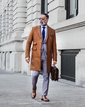 Cómo combinar un portafolio de cuero en marrón oscuro en otoño 2020: Para un atuendo tan cómodo como tu sillón usa un abrigo largo en tabaco y un portafolio de cuero en marrón oscuro. Dale onda a tu ropa con zapatos brogue de cuero marrónes. Un atuendo exitoso para llevarlo en días en otoño.