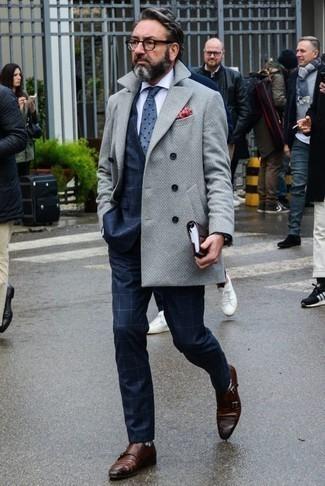 Cómo combinar una corbata a lunares azul: Empareja un abrigo largo gris junto a una corbata a lunares azul para una apariencia clásica y elegante. Para el calzado ve por el camino informal con zapatos con doble hebilla de cuero marrónes.