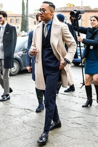 Una camisa de vestir de vestir con un mocasín con borlas negro: Intenta combinar una camisa de vestir con un abrigo largo en beige para un perfil clásico y refinado. Mocasín con borlas negro son una opción incomparable para completar este atuendo.